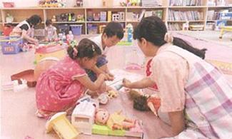 組合員が託児を担い、地域で子どもを育てるなど組合員同士が助け合う仕組みを整備