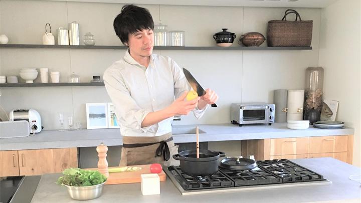 自宅キッチンで調理するコウさん