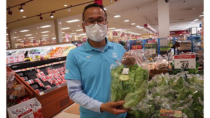 「いきいきファーム」で収穫した野菜をベルク川越むさし野店で販売する六名農場長