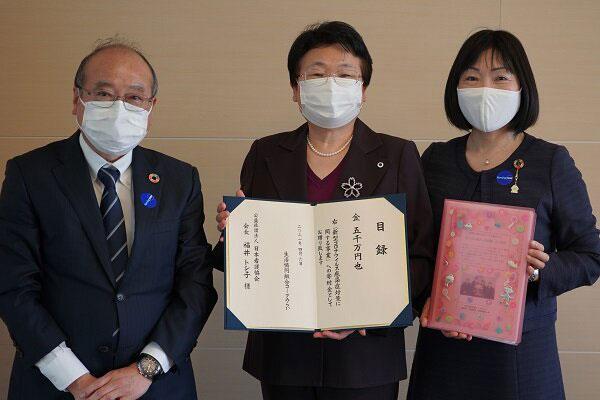 寄付金の贈呈式で日本看護協会の福井会長(写真中央)とコープみらい新井(同右)、同永井副理事長