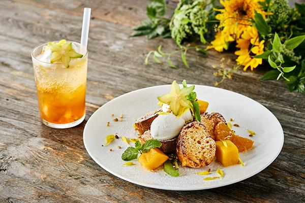8月限定メニューの「ひまわりカラーのマンゴーフレンチトースト」(右)とレモンティークリームソーダ