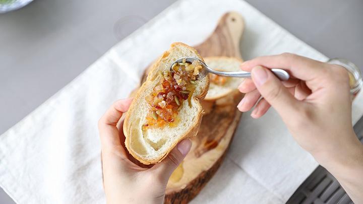 シンプルにパンにのせて
