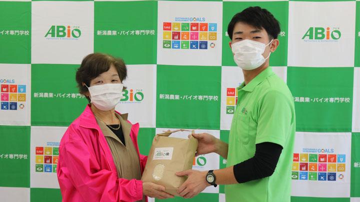 学生が作ったお米を新潟市母子福祉連合会に寄贈