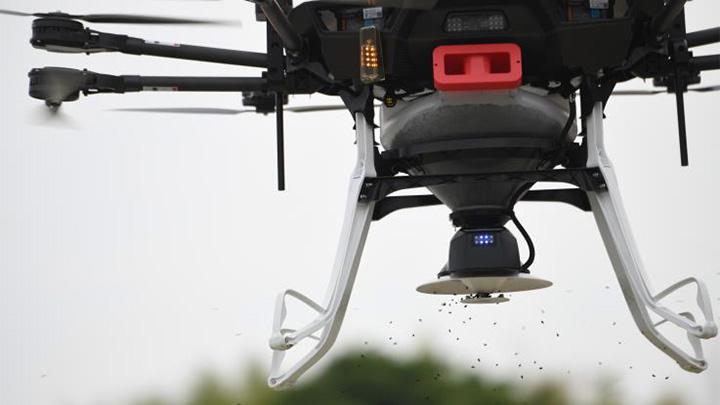 水田に種もみを直播する産業用マルチローター「YMR-08AP」