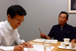 7月13日、羽田空港にて。(左はインタビュアーの鈴木利徳氏)