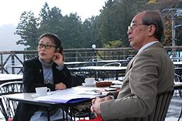 池上知恵子専務(左)と谷口教授。ココ・ファーム・ワイナリーのテラスにて。