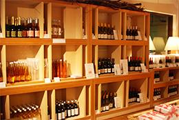 ワイナリーに陳列されたワイン