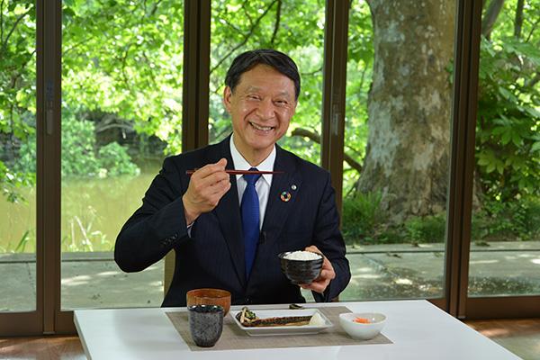 井関農機の業務用炊飯器で炊いたごはんを紹介する冨安社長