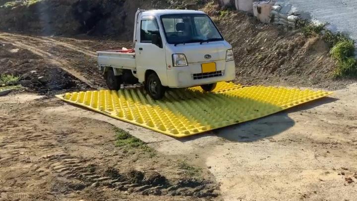 レモン畑から公道への出入り口に設置された「FODS / フォズマット」