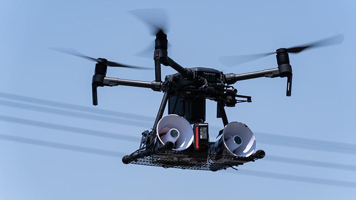 実証実験では、スピーカーを搭載したドローンで「白鷺」の追い払いを試みた