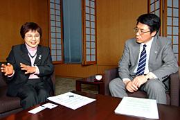 対談する大川原会長(左)と伊藤常務