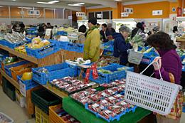 消費者と生産者を結ぶ「博多じょうもんさん市場」の売り場