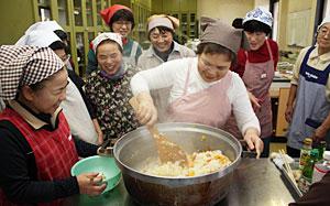 料理教室で指導する渡辺さん