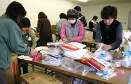 JAいわて花巻への支援物資の荷詰め作業をするかがやき部会員(JA紀の里)