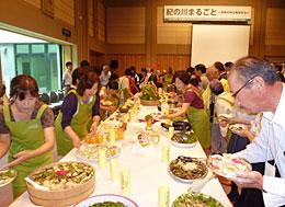 合併20周年記念式典「紀の川まるごと」(2012年9月2日)でかがやき部会が中心となり郷土食・伝承料理・おふくろの味にこだわった手料理で出席者をもてなした(JA紀の里)