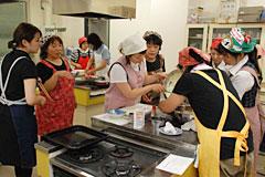 女性部を講師に職員対象料理講習会。入山辺支所女性職員と職員家族は全員女性部に加入している(JA松本ハイランド)