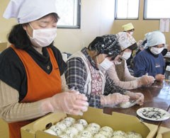 炊き出しのおにぎりをに握る女性部員(JA新ふくしま)