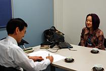 インタビューは4月上旬、同志社大学東京支部内で行った。