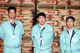 JAにいがた南蒲の担当者のみなさん(左から)長谷川耐一・南営農センター米穀課課長代理、北澤一義・同課長、清水正弘・本店営農経済部米穀課課長