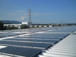 全農いわて純情米出荷センターの屋根に設置された太陽光発電システム