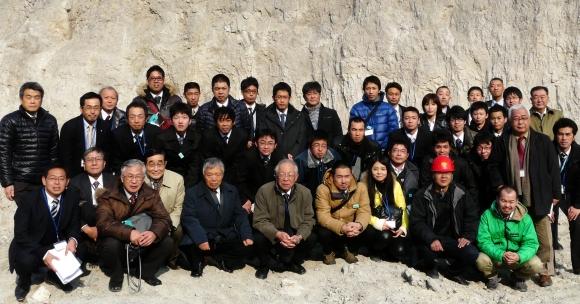 リン鉱石採掘現場で勢ぞろいした「しまね協同のつばさ」の参加メンバー