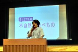 食べ物の安全性について講演する宇川さん