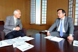 TPPへの取り組みで対談する富士重夫専務(右)と田代洋一教授