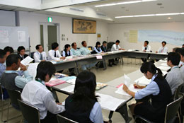 活力ある職場づくり、に部内情報の共有化が欠かせない(神奈川県JAはだのの一斉訪問のあとのミーティング)