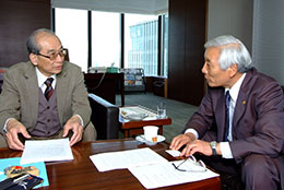 安田会長(右)とインタビュアーの谷口氏