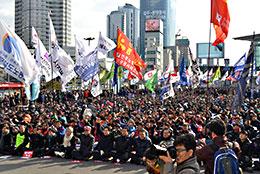 利益を優先し、労働者の生活をないがしろにする企業を訴える労働者(韓国)