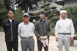 井土正義さん(左から2人目)。右端は息子の博之さん、孫の稔貴さんと裕貴さん。訪れた日は家族で乾燥作業をしていた。