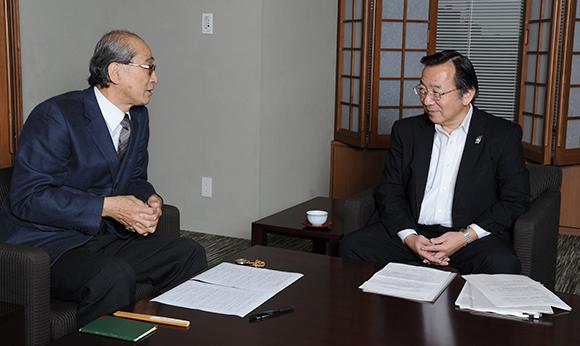 インタビューのようす。冨士重夫専務(右)と谷口教授