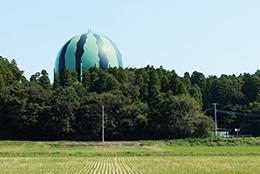富里を代表するスイカをデザインした巨大なガスタンク