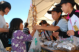 「山と水と緑の協同組合祭」で元気な子ども八百屋さん