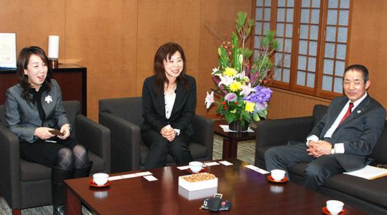 右から中家副会長、山田さん、梅本さん