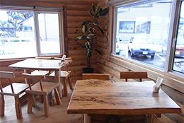 米粉カフェの店内。テーブルやイスも自然の風合いを生かした木造り