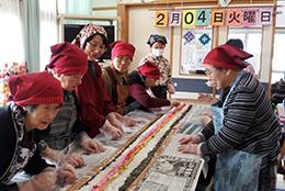 助け合い組織「夢あわせの会」のボランティア活動。福祉施設での長海苔巻きづくり。