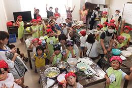 女性参画センターが主催する「よい食パク博」。地元のおいしさを食卓にがテーマ。26年度は850名の親子連れが参加。