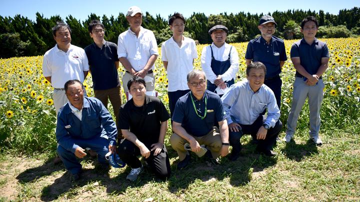「渥美半島ミツバチ花畑プロジェクト」メンバー(前列右:シンジェンタジャパン的場社長)